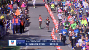 La ganadora del Maratón de Houston 2106 corriendo al lado de los corredores populares de medio maratón