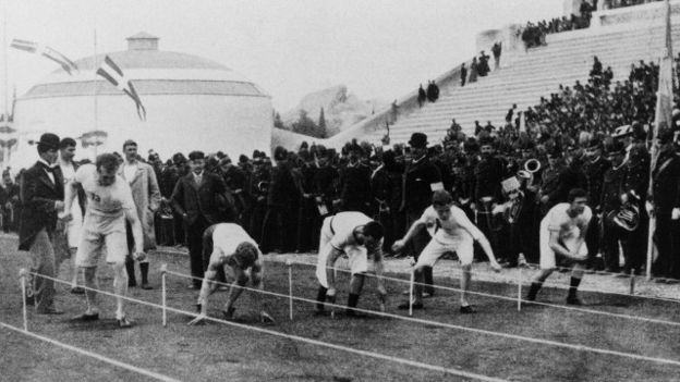 Atletas preparándose para inicial el maratón de las Olimpiadas de Atenas de 1896
